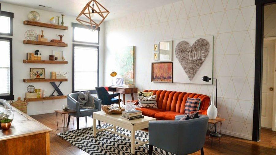 Salón estilo vintage con sofá en naranja