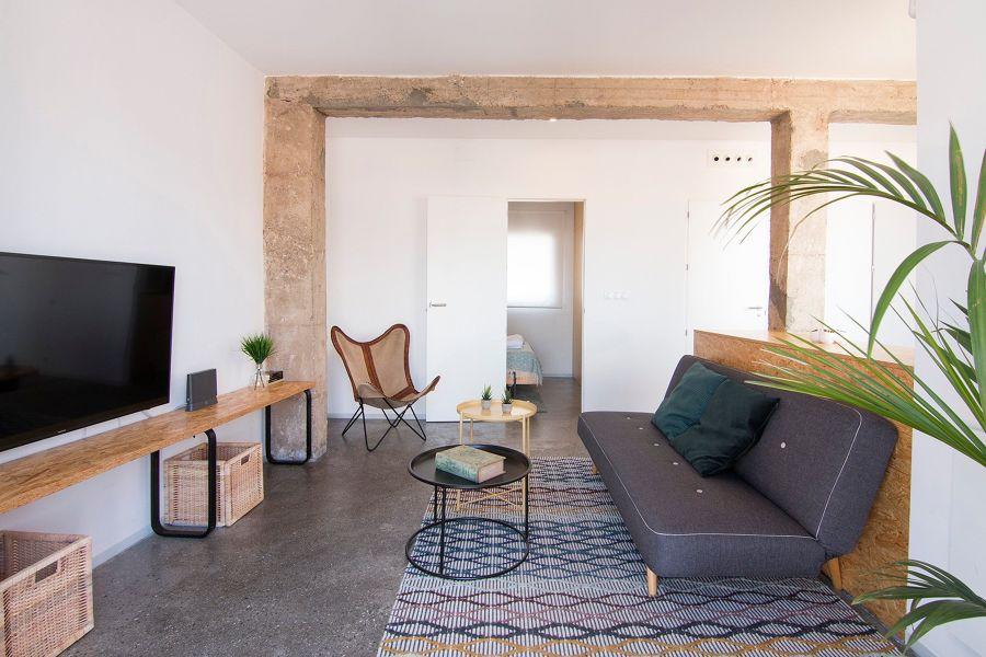 Salón funcional con suelo de microcemento