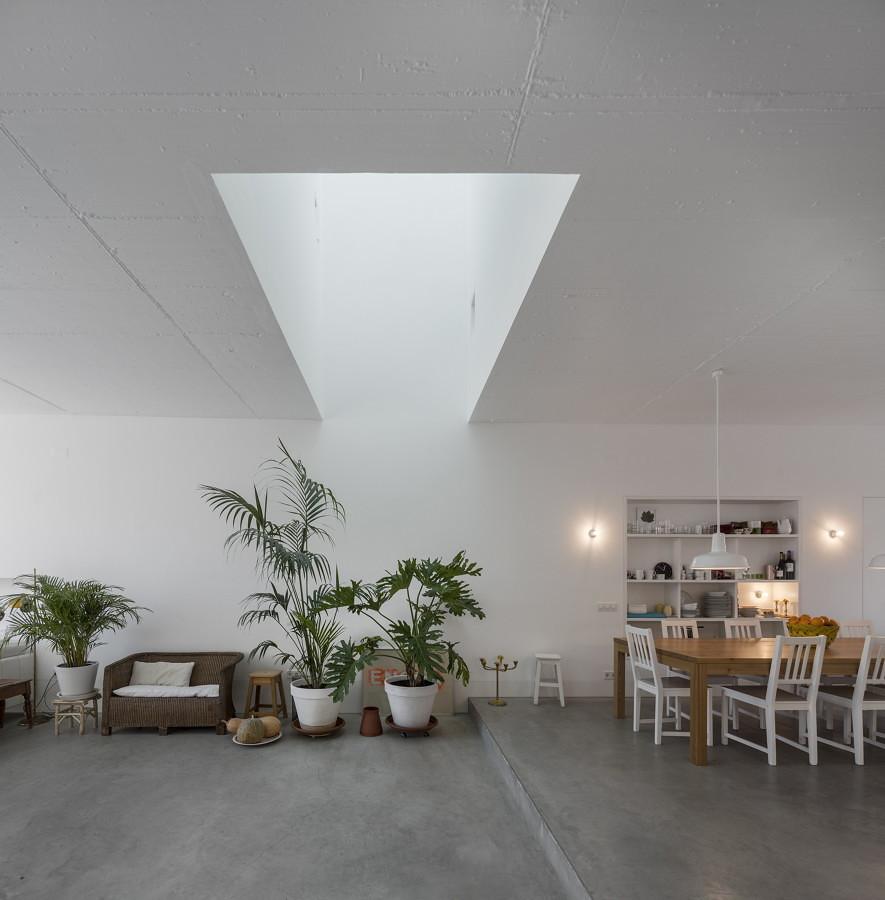 Salón iluminado con lucernario