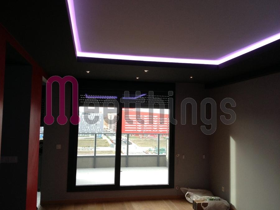 Foto sal n iluminado con tiras de led rgb de meetthings for Iluminacion led malaga