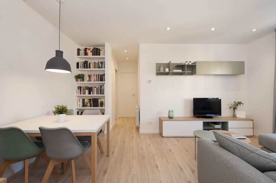 Salón minimalista con librería a medida