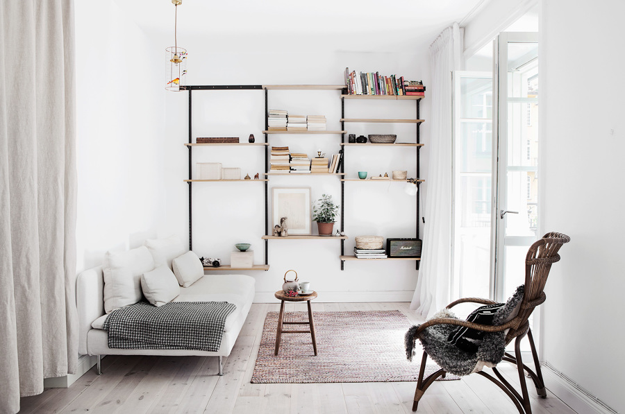 Salón minimalista y de planta estrecha
