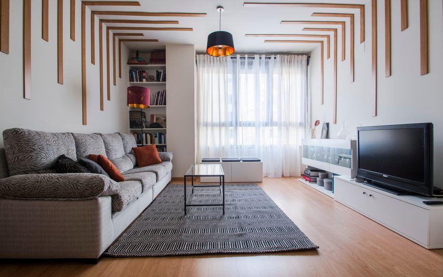 Salón moderno con detalles decorativos en madera