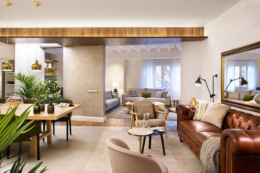 Salón moderno con detalles dorados