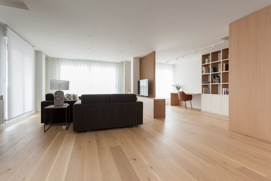 Salón moderno con espacio de trabajo integrado