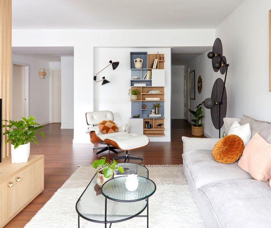 Salón moderno con estanterías a medida de madera
