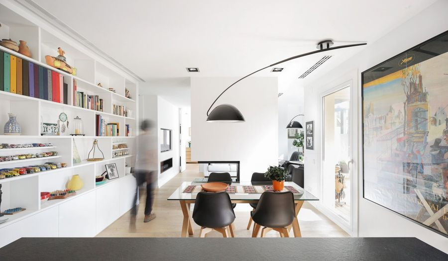 Salón moderno con librería de pladur y chimenea a dos caras