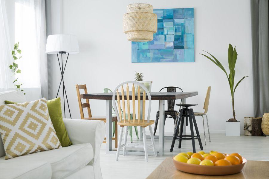 salón moderno con muebles pintados