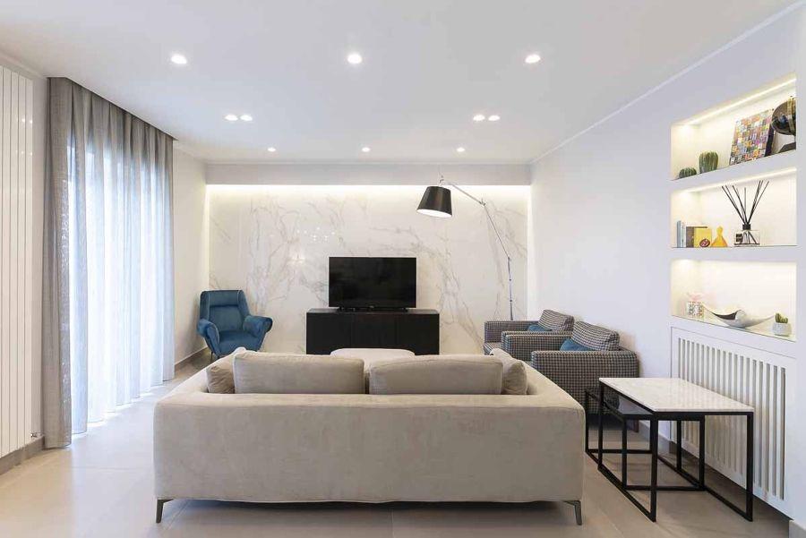 Salón moderno con pared de mármol