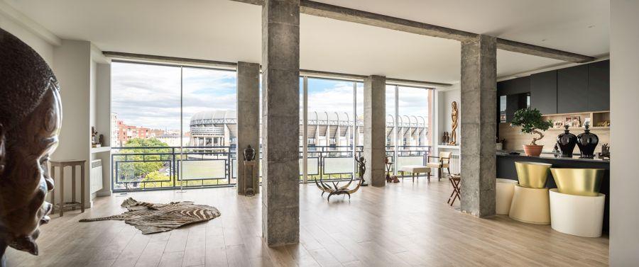 Salón moderno con pilares de hormigón