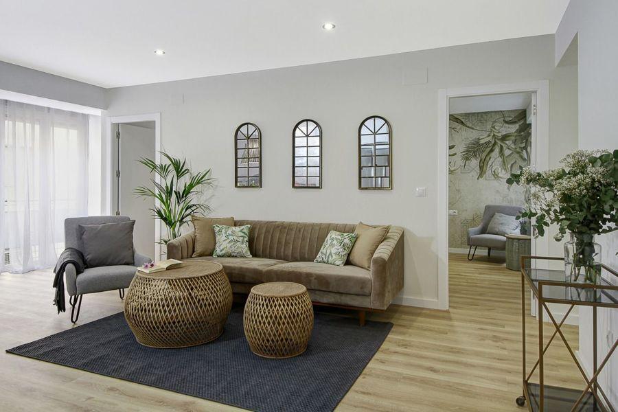 Salón moderno con sofá tapizado