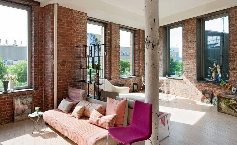 salón neoyorquino con pared de ladrillo
