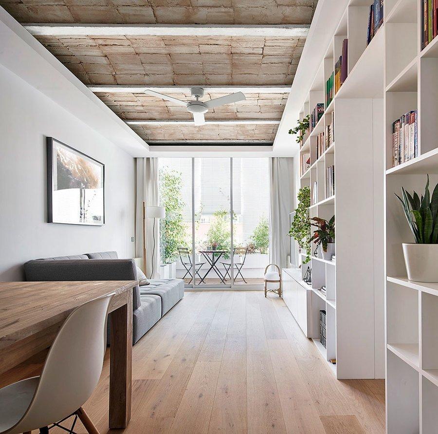 Salón pequeño con librería a medida