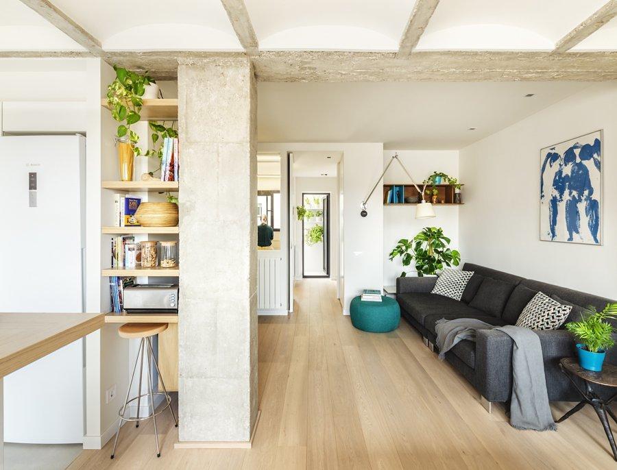 salón pequeño con sofá adosado a la pared