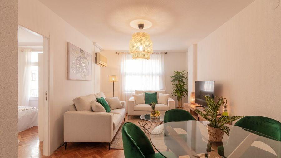 Salón pequeño con sofás arrimados a la pared