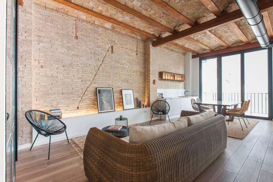 Salón rústico con pared de ladrillo