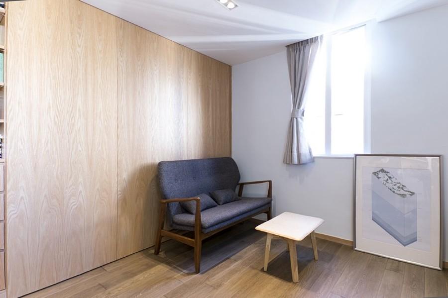 Salón sencillo con armarios de madera