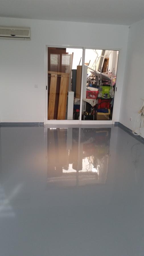 Salón terminado con resina epoxi color gris