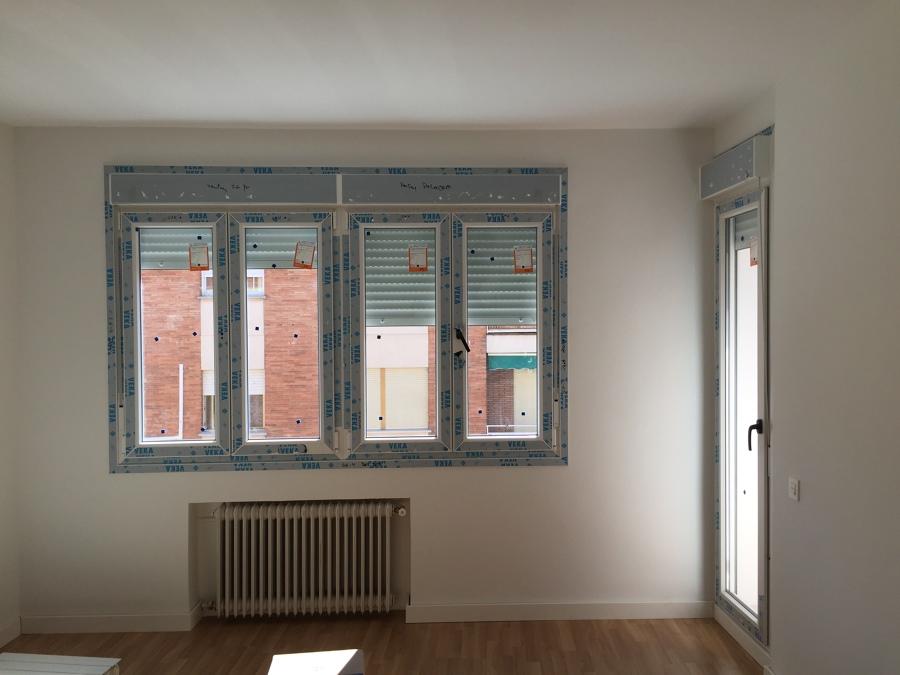 Salón , ventanas de PVC y carpintería de madera