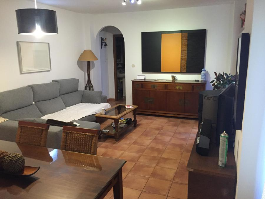 Salón y acceso a cocina