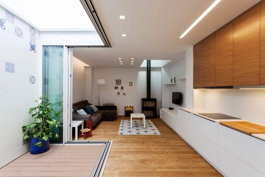 Salón y cocina con patio interior