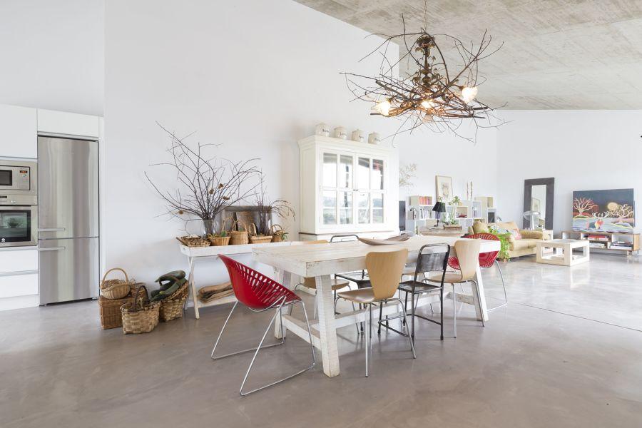 Salón y comedor diáfano con ramas decorativas