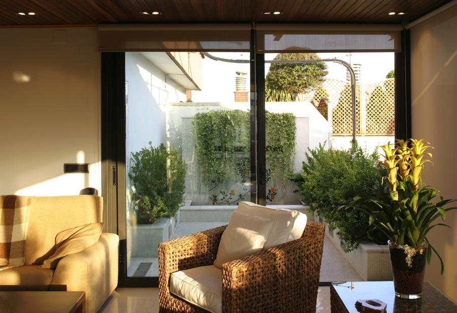 salón y patio con fuente