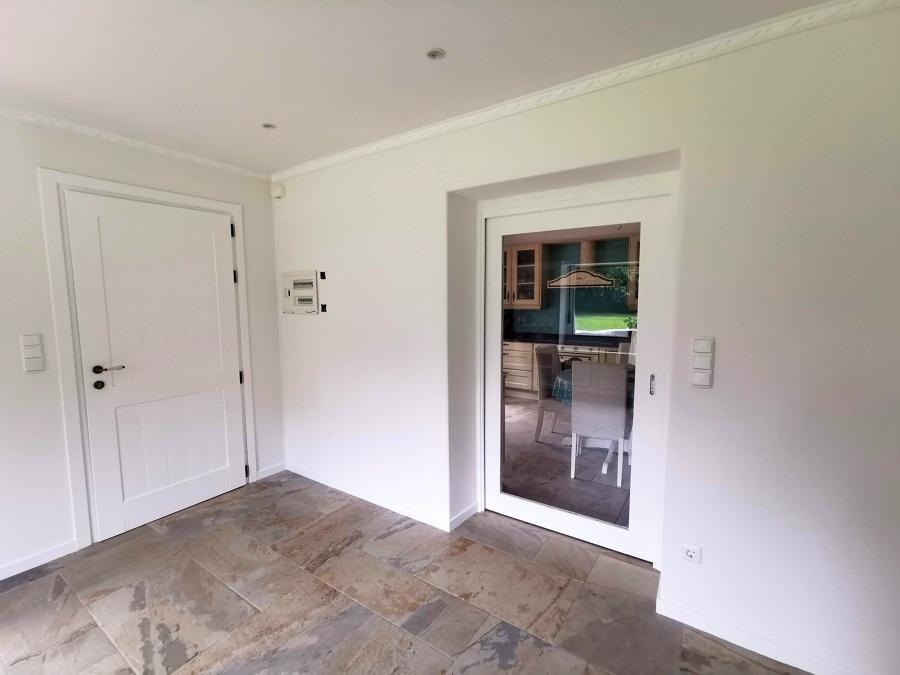 salon y puerta corredera acceso a cocina.