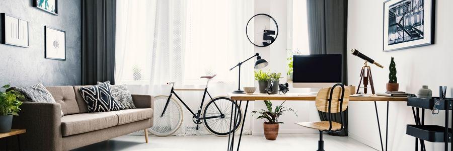 Salón y zona de estar con ordenador y bicicleta