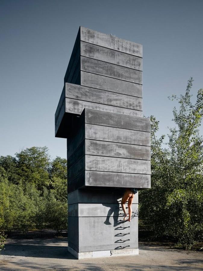 Sauna-con-forma-de-escultura-moderna