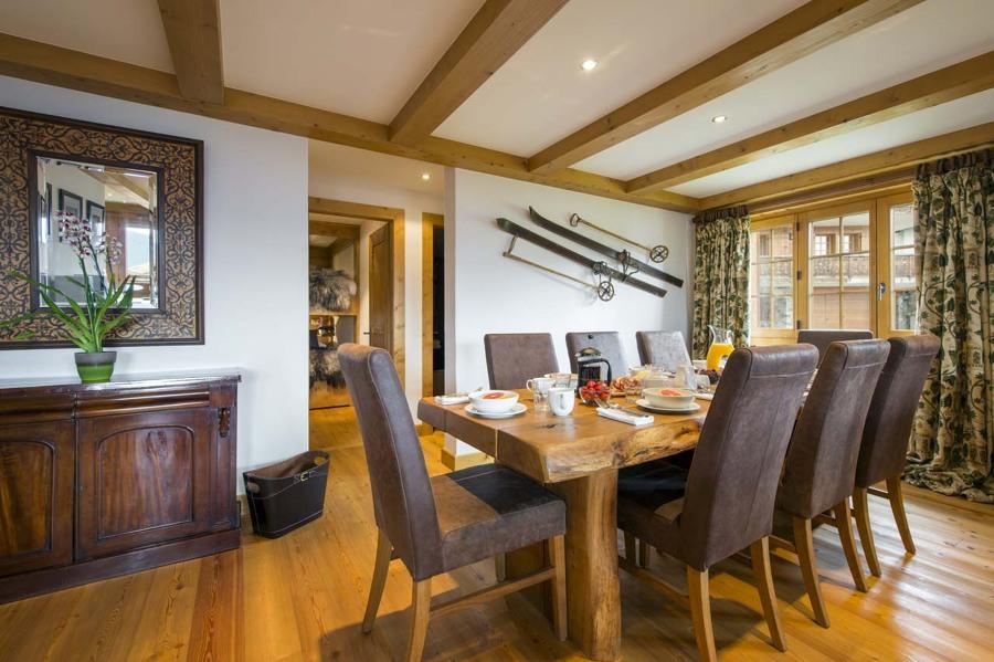salón con esquís colgados