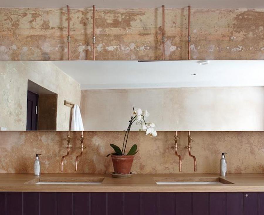 baño oscuro con tuberías de cobre