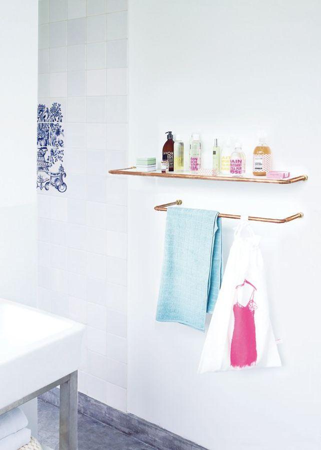 baño claro con tuberías de cobre