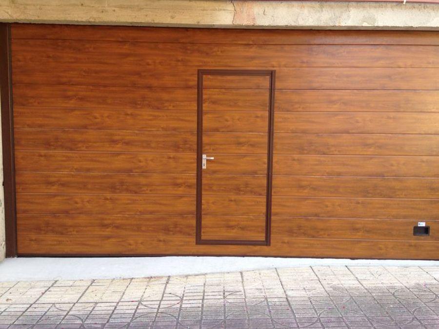 Seccional con puerta peatonal imitación madera