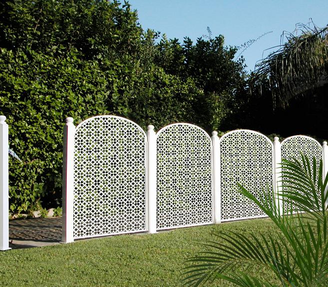 Paneles decorativos de celos as en vallado de jard n - Valla jardin pvc ...