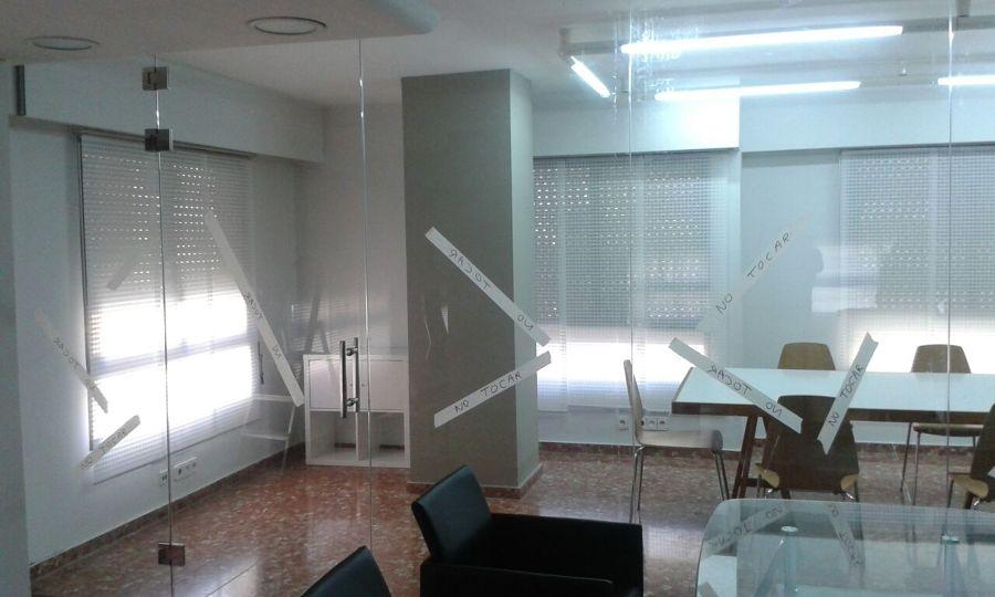 Separador oficina con vidrios templados y vinilo mate en alzira valencia ideas reformas oficinas - Separadores de oficina ...