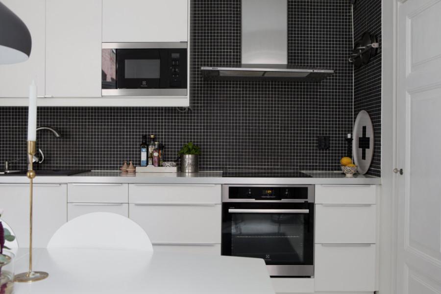 Foto cocina blanca con pared negra de boho chic 978574 for Cocina negra ikea