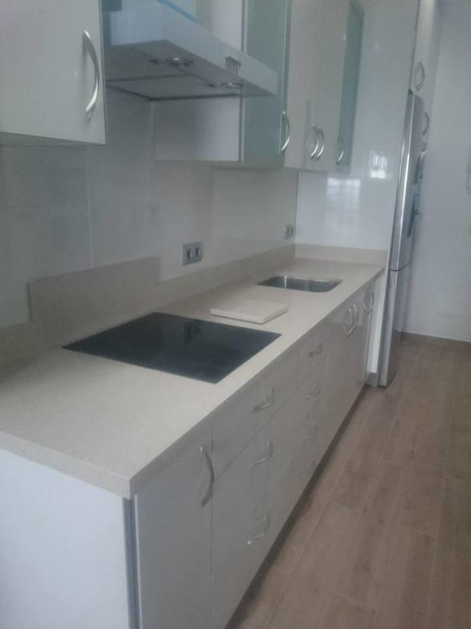 Foto silestone yukon con puertas blancas de kichen design for Cocinas blancas con silestone