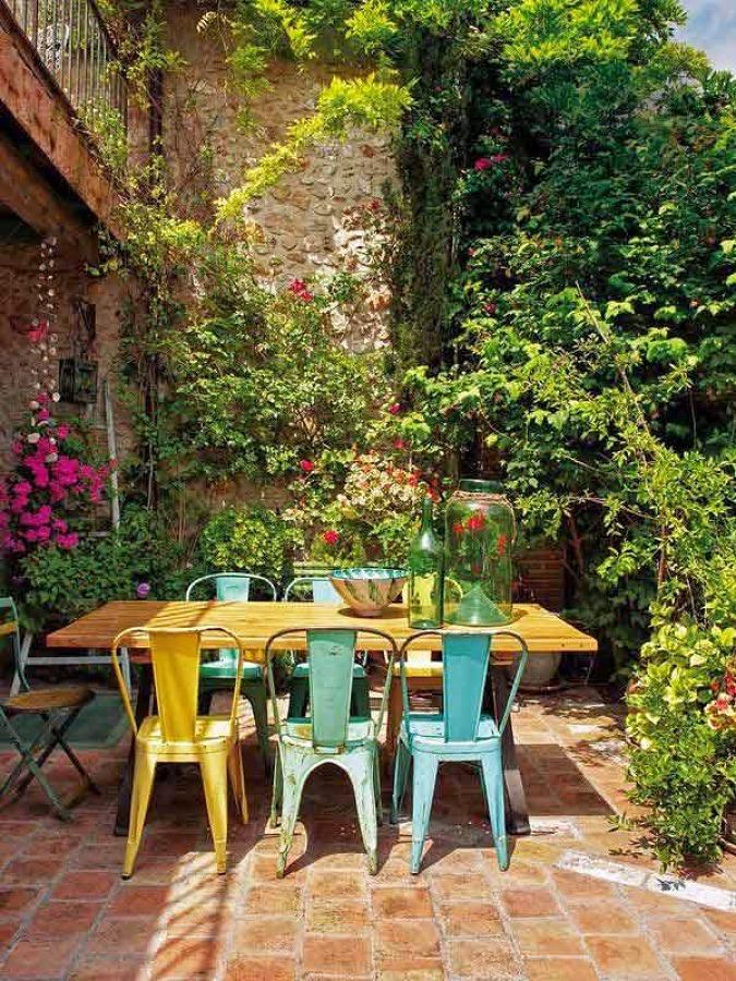 Foto sillas de colores en mesa casa campo de marta for Casa table de jardin