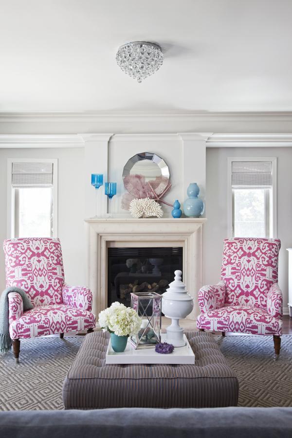 Sillones de flores en salón blanco