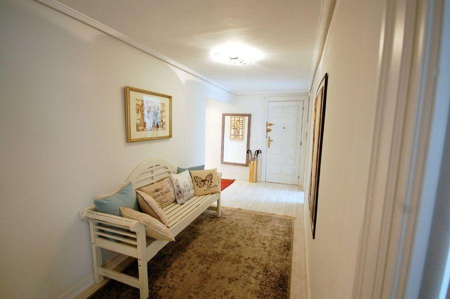 Sofá en pasillo