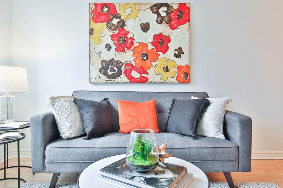 Sofá gris con cojines de colores