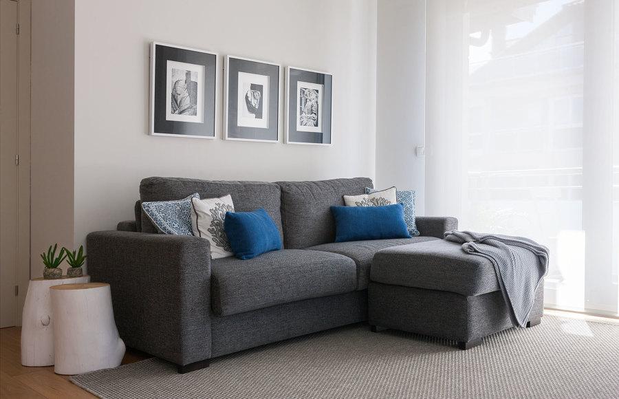 Sofá gris en la sala de estar.