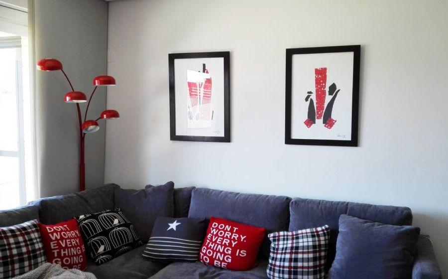 Sofá y toques rojos