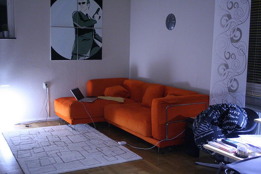C mo organizar un sal n con un sof naranja ideas for Organizar salon
