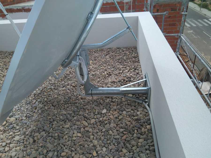 Soporte en pared para antena de 1.90 para canales Ingleses