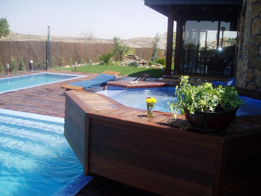 Spas incluido en piscina rebosante con cascada