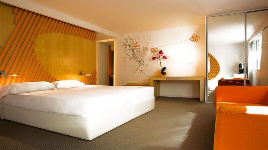 dormitorio en naranja