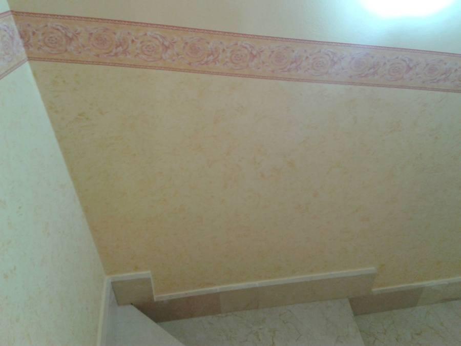 Escalera con cenefa y z calo esponjado ideas pintores for Zocalos para garajes