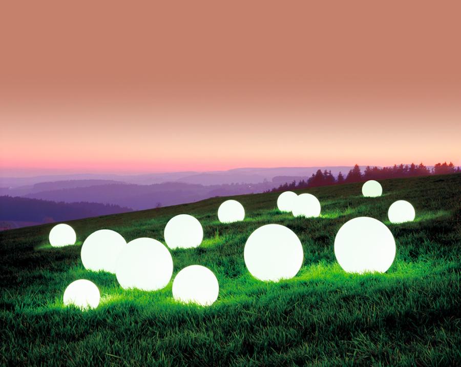 C mo iluminar el jard n ideas jardineros for Iluminar arboles jardin